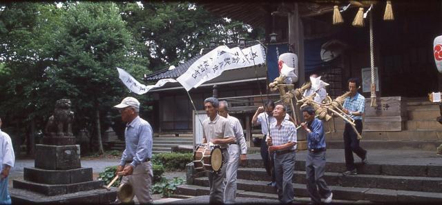 飯山八幡宮を出発する「サバー送り」=2006年、山口県長門市