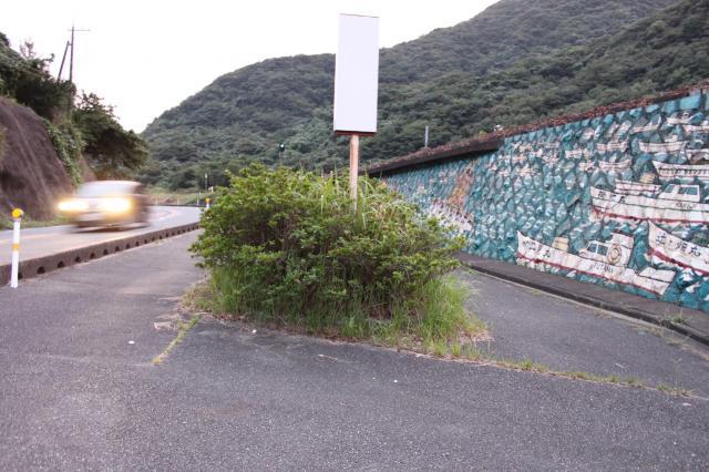 植え込みの下に置かれていた「サバー送り」の人形はなくなっていた=2017年9月21日、山口県下関市豊北町