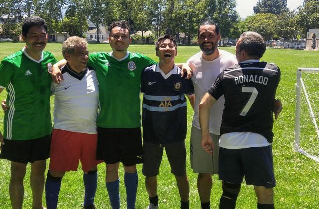 スタンフォード大学在籍時代の佐渡(右から3人目)。アメリカでもサッカーを楽しんでいた