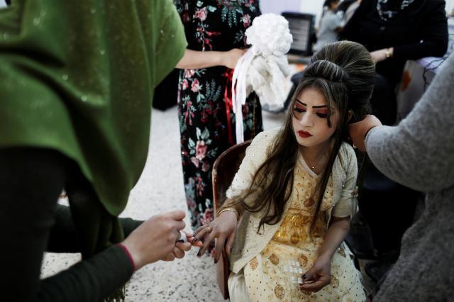 イラク北部カラックで、結婚パーティーを前に美容院で手入れをする女性=2017年2月16日