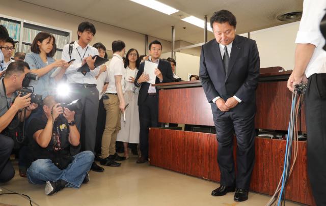 初公判後、取材に応じた後に頭を下げる電通の山本敏博社長=9月22日午後、東京・霞が関
