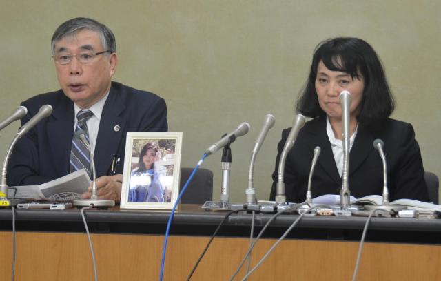 初公判の後、高橋まつりさんの遺影を持参し、会見する母幸美さん(右)と川人博弁護士=9月22日、東京・霞が関の厚生労働省