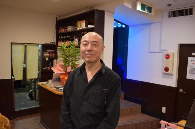 「老北京火鍋 蠍子王」のオーナーの靳毅(ジン・イ)さん