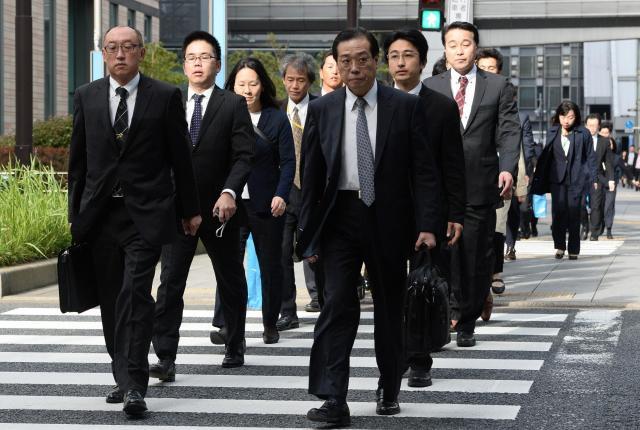 電通本社に強制捜査に入る厚労省の職員ら=2016年11月7日、東京・汐留