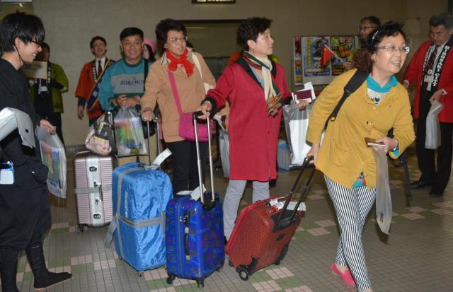 青森空港に到着した天津からの中国人観光客=2017年5月7日、山本知佳撮影