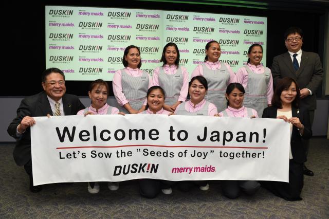 歓迎を受ける来日したフィリピン人女性社員たち=2017年4月17日、大阪府吹田市、小林一茂撮影