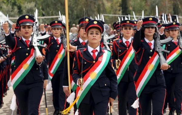 行進する「ペシュメルガ」の女性兵士=2016年3月30日、ロイター
