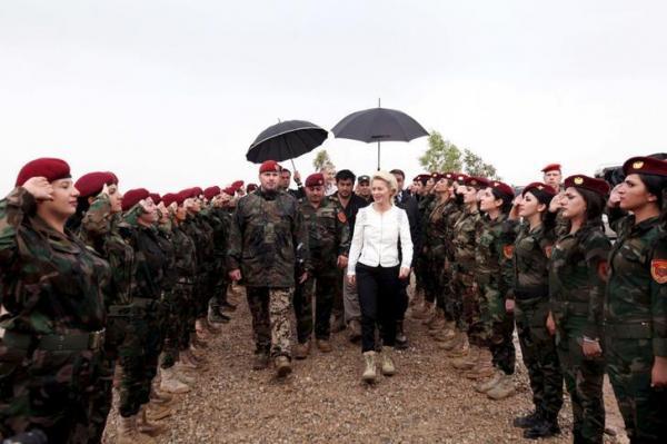 ドイツのウルズラ・フォンデアライエン独国防相を出迎える「ペシュメルガ」の女性兵士=2015年10月27日、ロイター