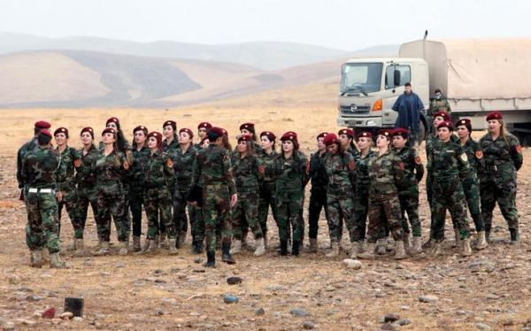 整列する「ペシュメルガ」の女性兵士=2015年10月27日、ロイター