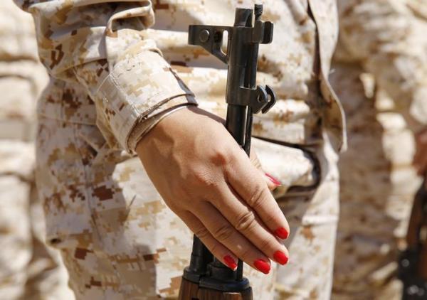 「ペシュメルガ」の女性兵士、爪にはマニュキュアが施されていた=2014年9月18日、ロイター