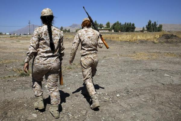 訓練中の「ペシュメルガ」の女性兵士=2014年9月18日、ロイター