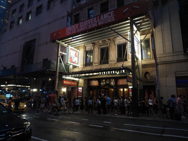観客でにぎわうブロードウェーの劇場街