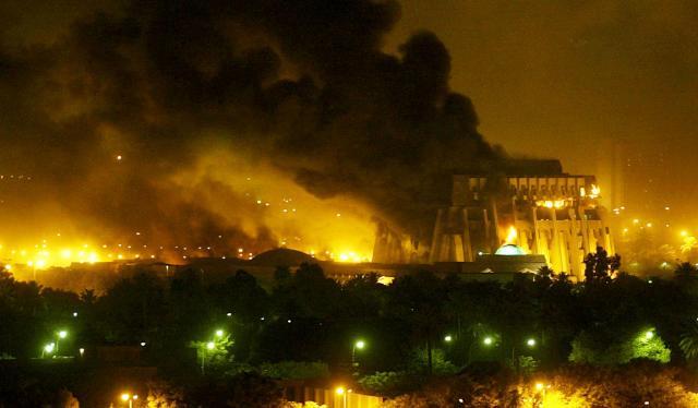 イラク戦争での空爆によって、あちこちで炎が上がるバグダッドの街=2003年3月