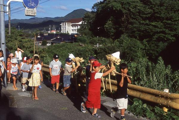 運ぶ子どもたち=2004年、油谷町大江、山口県下関市立豊北歴史民俗資料館提供