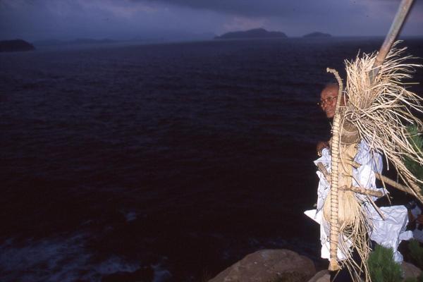 海に送る=2002年8月2日、山口県下関市立豊北歴史民俗資料館提供