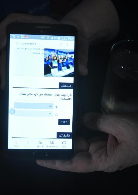KRGの独立を問うインターネットの投票サイト。「賛成」「反対」のいずれかを選び、投票する。メイソンさんに投票権はなかったが、画面を見せてくれた=2017年9月24日、軽部理人撮影