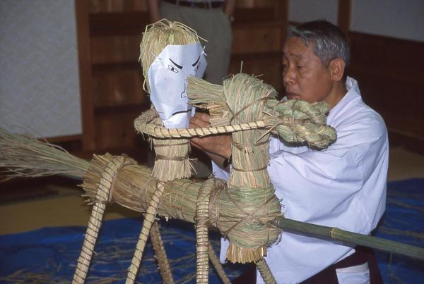 顔を取り付けているところ=2002年6月23日、山口県下関市立豊北歴史民俗資料館提供