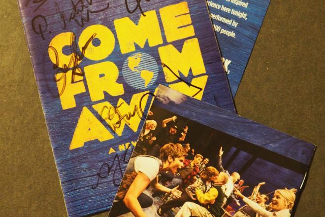 9・11をテーマにしたミュージカル「Come From Away」のプレイビル(劇場で配られる無料のプログラム)やサントラのブックレット
