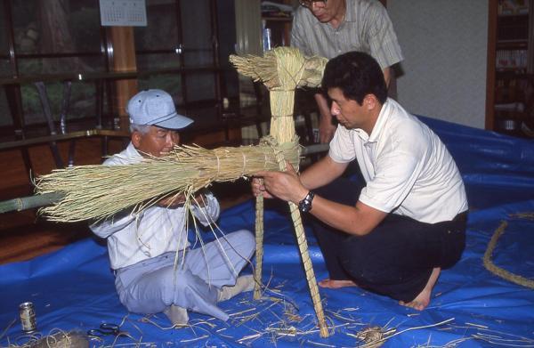 馬を作っているところ=2001年、山口県下関市立豊北歴史民俗資料館提供
