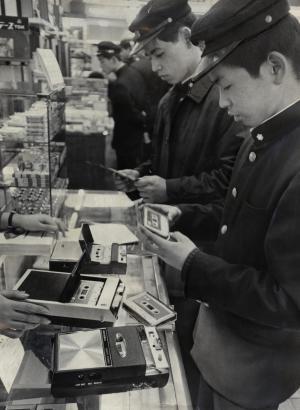 カセットテープレコーダーを置くデパートの売り場がにぎわう風景=1967年2月24日、東京・日本橋