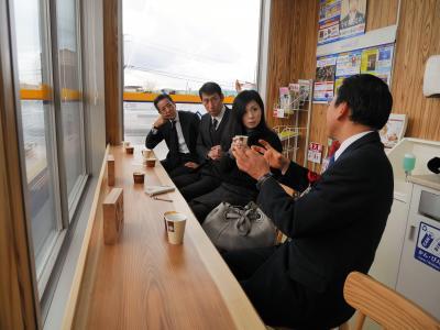 コンビニのイートインコーナーには、高級感あふれる吉野杉が使われているところもある=2016年1月20日、奈良県三宅町