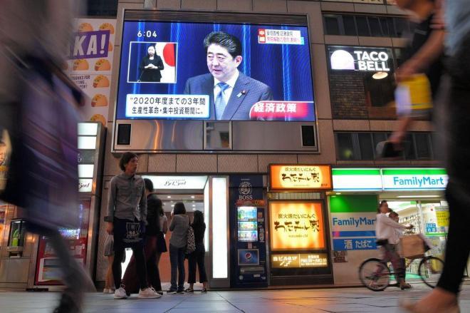 安倍首相の会見が流れる街頭の大型モニター=2017年9月25日、大阪市中央区、加藤諒撮影