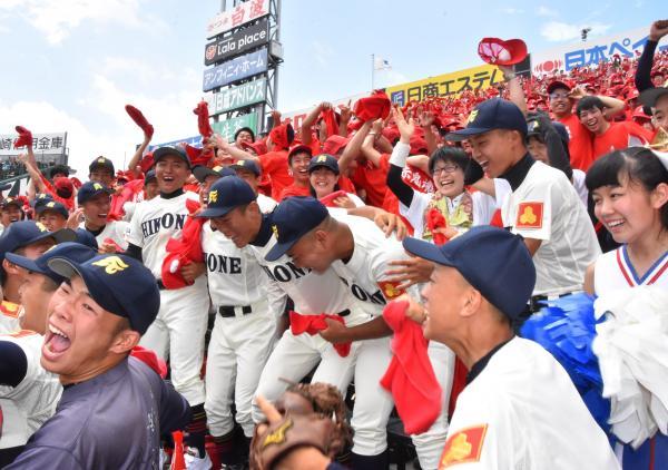 「青春すぎる」といえば全国高校野球選手権もその一つ。わき上がるアルプススタンド=阪神甲子園球場
