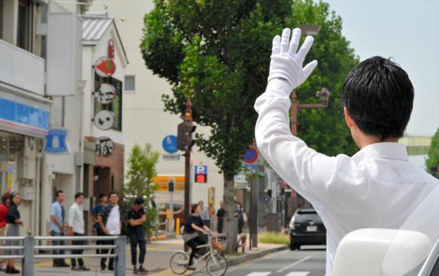 衆院の解散が迫る中、週末に地元に戻り、街頭演説する立候補予定者=2017年9月23日、高松市