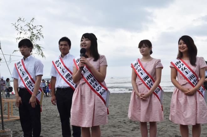 神奈川県の海水浴場の海開きで自己紹介する「海の女王&王子」