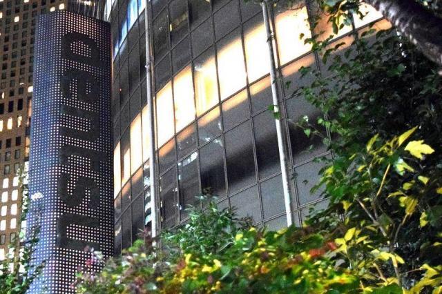 「dentsu」の看板と電通本社ビル