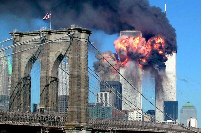 2001年9月11日、ハイジャックされたユナイテッド航空機が激突し煙を上げる、米ニューヨークの世界貿易センタービル=ロイター