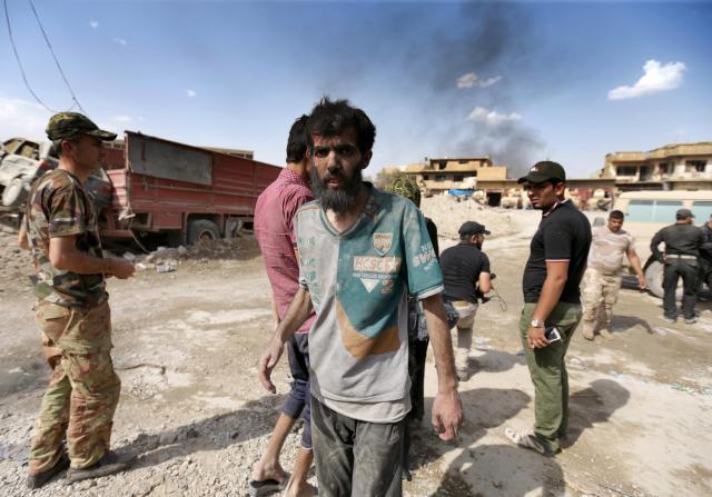 旧市街から着の身着のまま避難してきた男性=2017年7月2日、イラク北部モスル、杉本康弘撮影