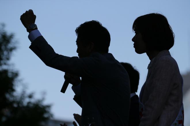 マイクを手に駅前で有権者に支持を訴える