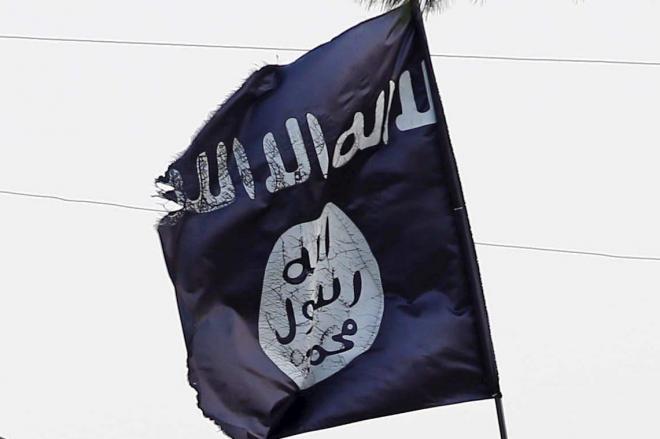 シリアの領内に掲げられたイスラム国の旗。2015年8月に撮影された=ロイター