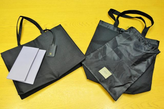 「GLOW」11月号の付録になったマナーバッグ(左)。マナーバッグは人気があって今回で6回目。右は前年のもの