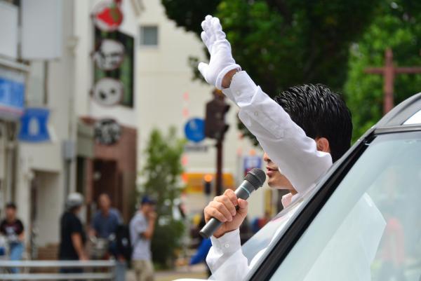 手を振って街頭演説。「させていただきます」は選挙中にもよく聞くフレーズだ