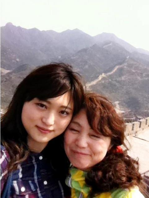 高橋まつりさん(左)と母幸美さん=2013年5月、中国・万里の長城で撮影、幸美さん提供