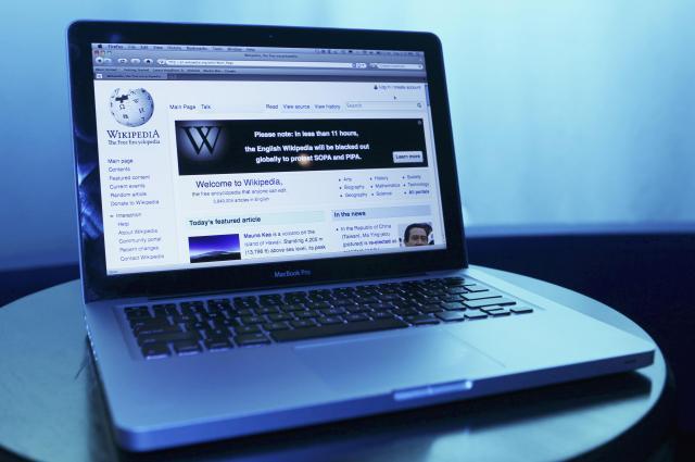 ノートパソコンに表示されているウィキペディアのページ=ブリュッセル・ベルギー、2012年1月