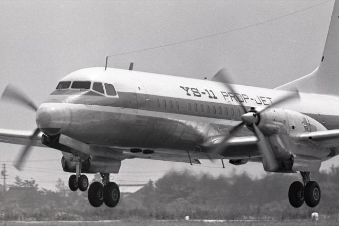 初飛行に成功したYS11=1962年8月30日