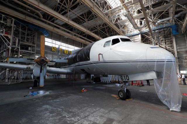 羽田空港の格納庫に眠るYS11の量産1号機=2017年7月21日、飯塚晋一撮影