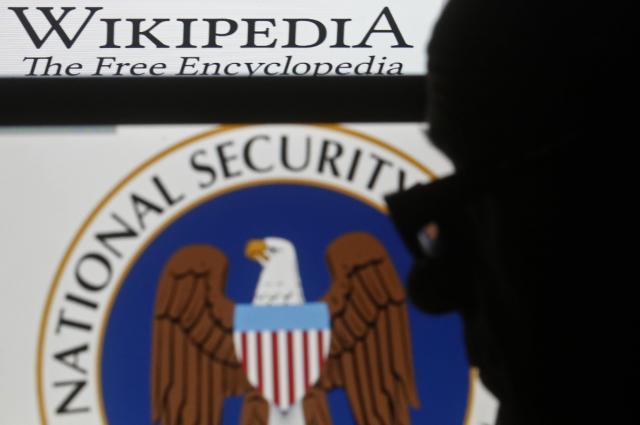 男性のシルエットと、米国国家安全保障局(NSA)及びウィキペディアのロゴ=サラエボ、2015年3月