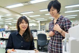 温又柔さんと対談した安記者(左)