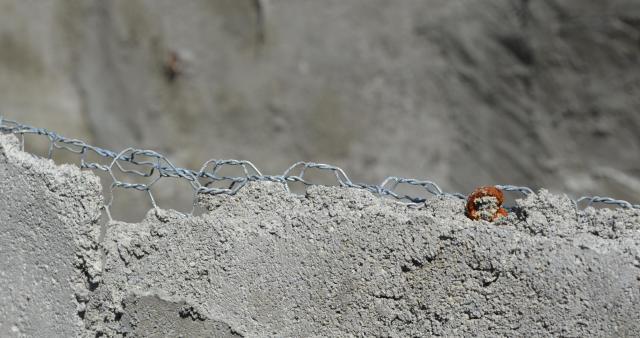 カヌーのへり。「ラス網」という金属の網が型枠に使われている
