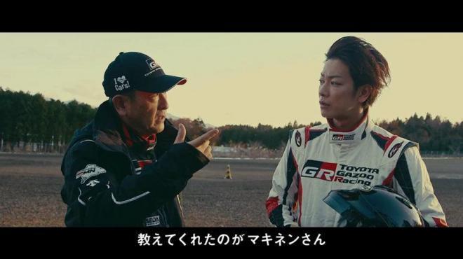 動画「TOYOTA GAZOO Racing TAKERU SATOH MEETS GAZOO MORIZO篇」の一場面。左がトヨタ自動車の豊田章男社長