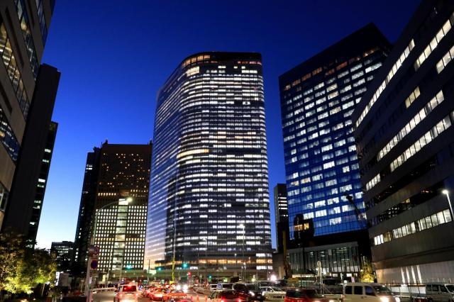 明かりをともした電通本社ビル(中央)=2016年12月28日、東京都港区、長島一浩撮影