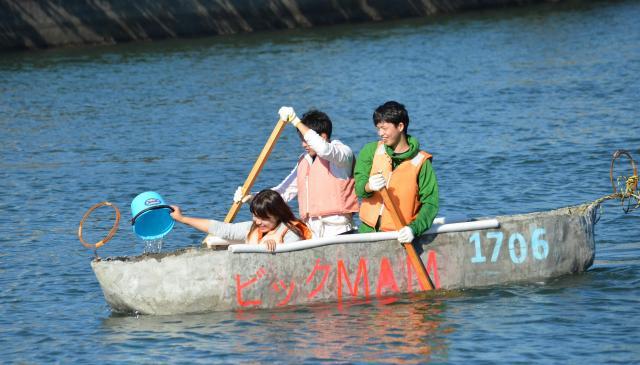 バケツで水をかき出しながら進むチーム