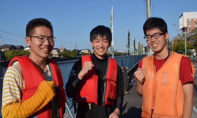 関東学院大学の優勝チーム。左から塚田さん、高桑さん、小林さん
