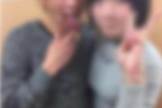 女子学生は事務所で男優とツーショットの写真を撮った。この時点では、男優を「騙している男」とは認識していなかったという(画像の一部を加工しています)