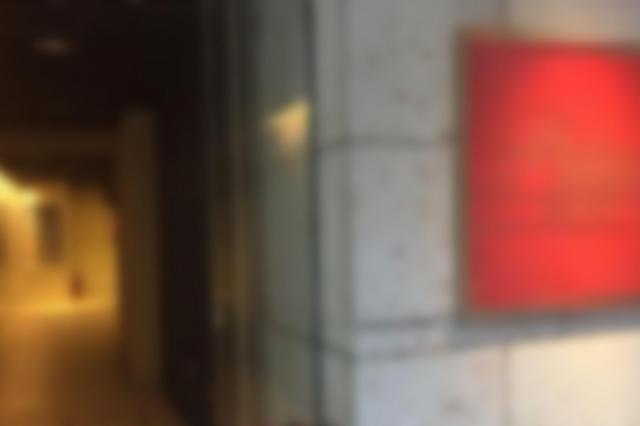 女子学生がAV男優に連れ込まれた事務所がある建物の出入り口(画像の一部を加工しています)