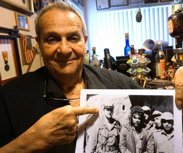 ゲバラと一緒に撮った写真を見せるロドリゲス=マイアミ、平山亜理撮影